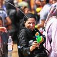 Non appena un aereo delle compagnie internazionali tocca terra a Teheran, a bordo, come obbedendo a un riflesso condizionato, le donne iraniane vestite più o meno all'occidentale, ma sempre con un soprabito lungo, magari variopinto, si coprono immediatamente la testa, sia pure […]