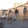 """Sui due lati della """"linea verde"""" di confine, intorno al checkpoint di Nicosia, è tutto uno sventolare di bandiere nazionali. Non solo, come accade ovunque, sui pennoni accanto ai posti di controllo della polizia di frontiera tra Cipro Sud e Cipro Nord. […]"""